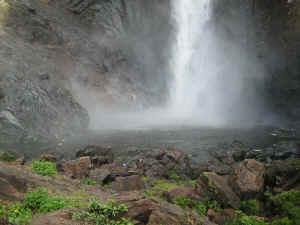 wallaman falls base.jpg (113615 bytes)